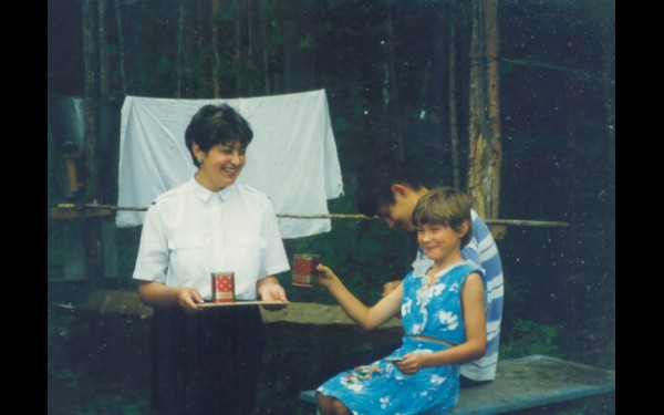 1996 год. Первый семейный летний лагерь для детей-инвалидов. На импровизированной игре «Поле чудес».