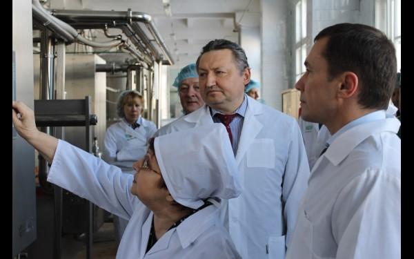 На Иркутском молокозаводе с мэром города Дмитрием Бердниковым. Если бы в свое время это предприятие не вошло в структуру ЗАО «Иркутский масложиркомбинат», сейчас на месте завода стоял бы жилой комплекс, а молоко покупали бы привозное.