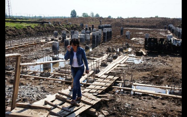 Наталья Дикусарова на строительной площадке Новочунской школы. Это еще один проект, реализуемый при ее участии.