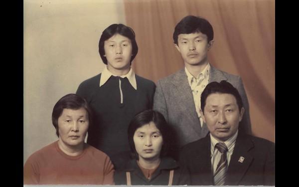 Кузьма Алдаров, студент первого курса института, в кругу семьи.
