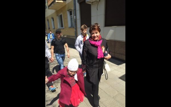 2015 год. После юбилейного парада в сквере им. Кирова, с внучкой Екатериной.