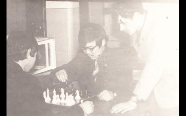 «Когда я в институт поступил, продолжил играть в шахматы. Был чемпионом факультета, призером института».