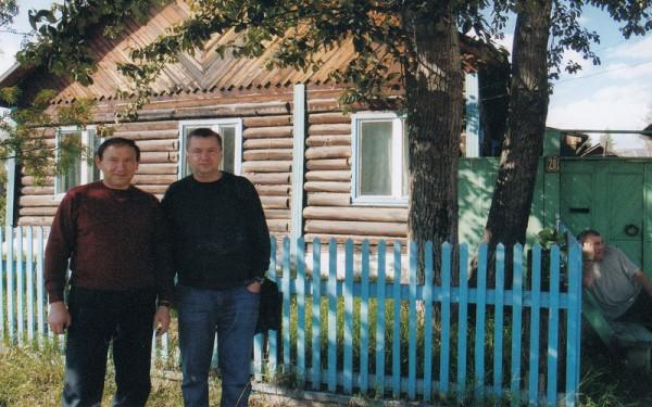 С сыном у «родового гнезда» в поселке Пеледуй. Дом, где прошло детство Геннадия Нестеровича, был построен при участии трех поколений.