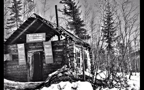 «Барак ударников коммунистического труда» участка «Незаметный» рудника Согдиодон (фото Бориса Черникова, весна 1961 года).