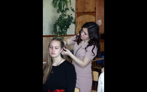 Девушки учились делать причёски