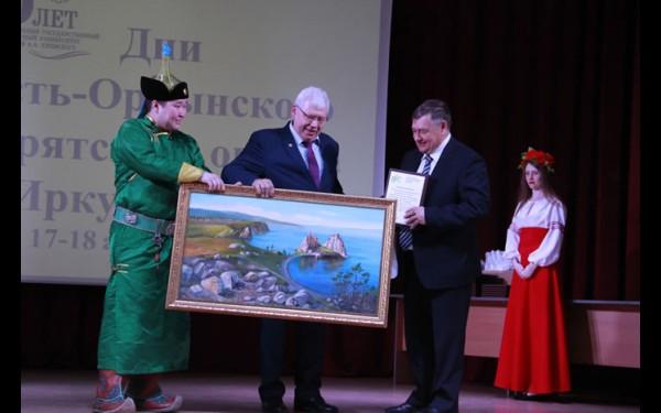 Юрий Вашукевич вручает округу подарок от университета