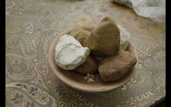 Местная глина — охристая, она жёлто-оранжевого цвета, а каолин — белая глина