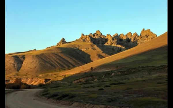 При вечернем свете скалы напоминают марсианский пейзаж