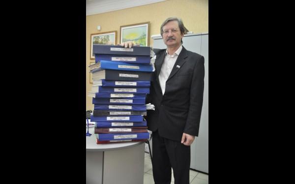 Если сложить все подшивки газеты «Время» за тот период, что ей руководит Олег Тюменев, в одну стопку, то ее высота, наверное, превысит высоту одноэтажного дома. На редакторский стол умещается лишь малая часть.