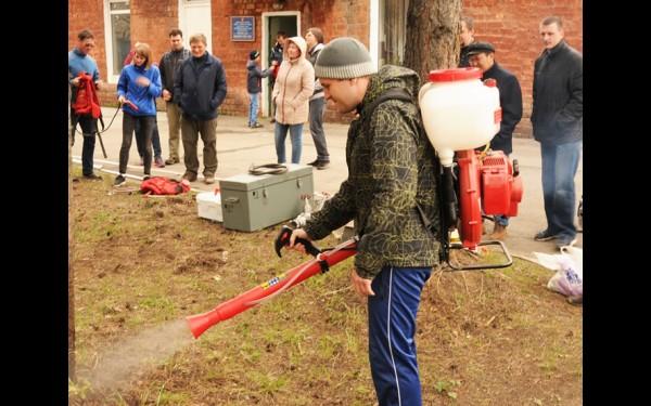 Добровольцам-новичкам не только рассказали, как работает пожарное оборудование, но и дали опробовать его