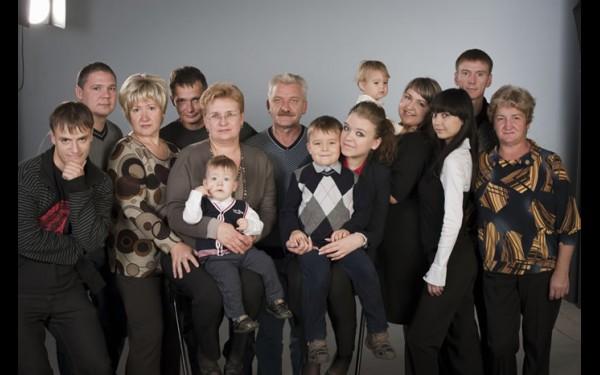 Большая семья Любенковых. «Раз в год мы всей нашей семьей встречаемся в нашем доме в поселке Порожском. Здесь собираются все, кто пошел от моего прадеда, Акима Перфильевича».