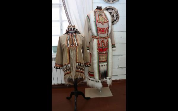 Живущие в тайге эвенки используют в одежде коричневый, жёлтый и зелёный цвет