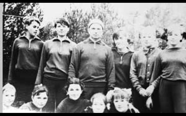 Первый директор школы Владимир Воронков (в центре) со своими воспитанницами