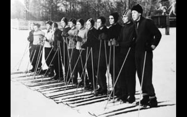 Середина 60-х годов прошлого века. Тренировка лыжников на территории ЦПКиО