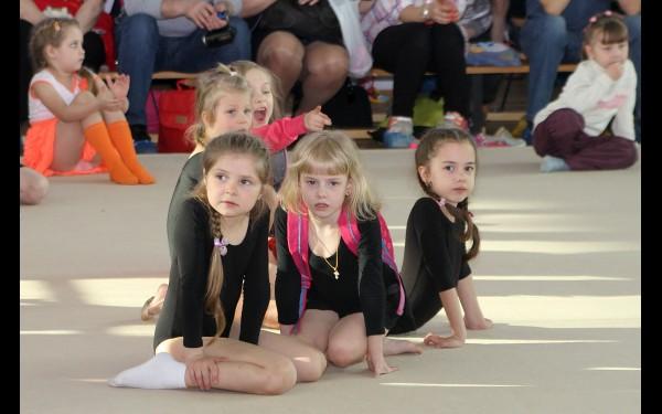 Будущие примы художественной гимнастики.  Пока в роли болельщиц…