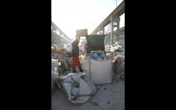 А так готовят к транспортировке для переработки пластиковые бутылки и флаконы. Работник высыпает их из мешка в специальный автомат, который прокалывает емкости, чтобы пресс мог их сплющить. Уменьшившуюся в размере тару ссыпают в мешки и запаковывают, чтобы отправить дальше — на вторичную переработку в Екатеринбург. Из ПЭТ-бутылок производят полиэфирные нити и волокно