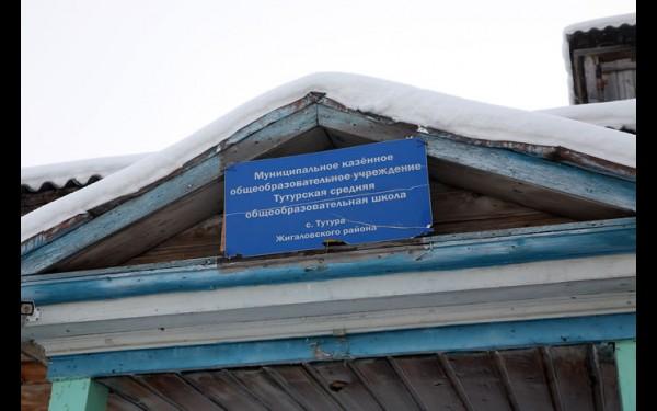 Школа в Тутуре занимает шесть отдельных помещений,  отапливают которые два десятка печей