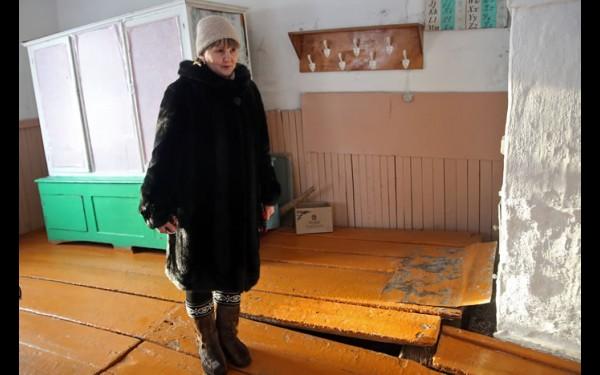 Людмила Спиридонова демонстрирует не поддающиеся  уже никакому ремонту полы в классе математики