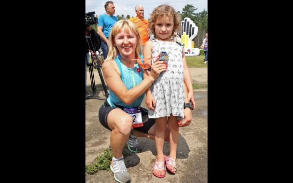 Победительница Ангарского триатлона 2019 года Наталья Чеботарёва с дочерью