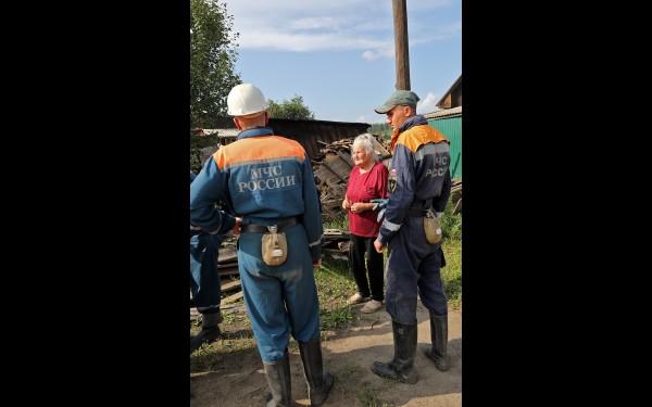 Работа спасателей с местным населением