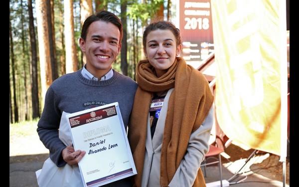 Даниэль Алварадо из Колумбии и его муза — волонтёр Мария. Её именем он назвал скульптуру