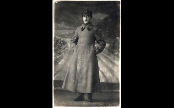 Эта фотография красноармейца Сергея Глюка датирована 1934 годом. Отслужив в частях особого назначения (на Лене, в Якутии), он приехал в Иркутск, где и познакомился с будущей женой и матерью нашего героя Верой Иннокентьевной Шнелле