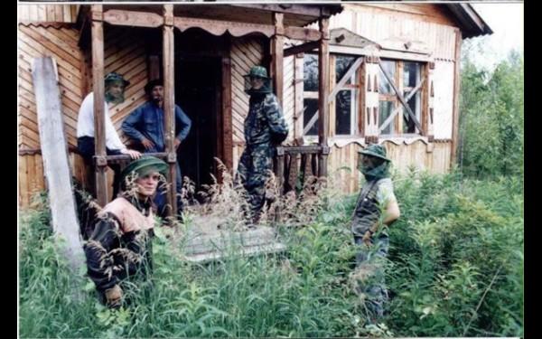 Дешенбинское озеро настолько целебно, что советские власти решили строить санаторий в глухой тайге. Но случилась перестройка, про санаторий забыли, а два его смотрителя сгинули в пьянке.