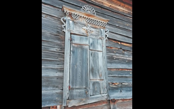 Вот такие красивые узорные наличники можно встретить на старых домах нухунурцев.