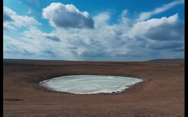 Нуху-нурское озеро с давних пор ценится своими уникальными лечебными свойствами. Его грязи активно используются в местном санатории «Нагалык».