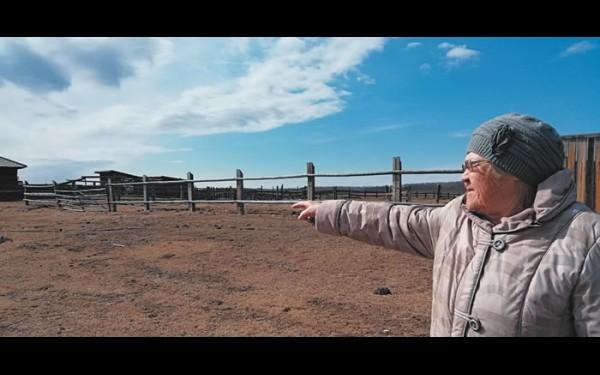 Ольга Бухаева живет в Еленинске больше 50 лет. Она точно знает, сколько за это время здесь опустело изб. По словам бабушки, во времена совхозов люди жили гораздо лучше, ведь у всех  была работа.