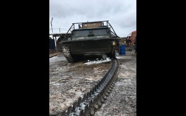 Даже такой мощный танк, переделанный под нужды геологоразведки из армейского бронетранспортера, не выдерживает суровых условий и требует ремонта.