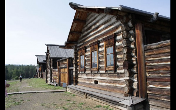 Первые усадьбы были перевезены из зоны затопления  Усть-Илимской ГЭС