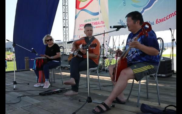 Репетируют группа «Верба» из Иркутска и Зоригто Батоцыренов из Улан-Удэ