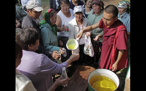 Все желающие могли набрать после молебна целительную воду — аршан
