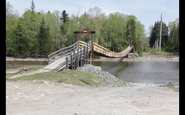 Подвесной мост — одна из достопримечательностей Онот. В темное время суток он освещает путь селянам.