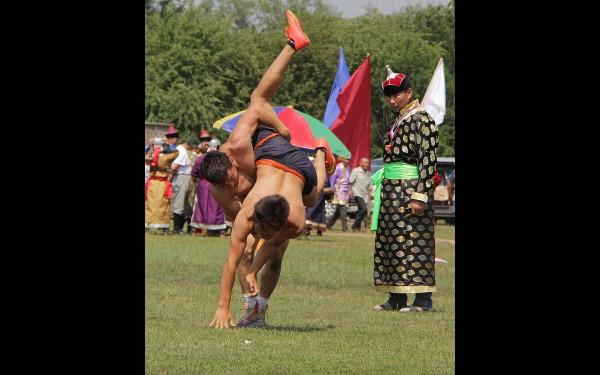 По традиции буддийских праздников были проведены соревнования по борьбе. Спортсмены округа показали хороший уровень подготовки