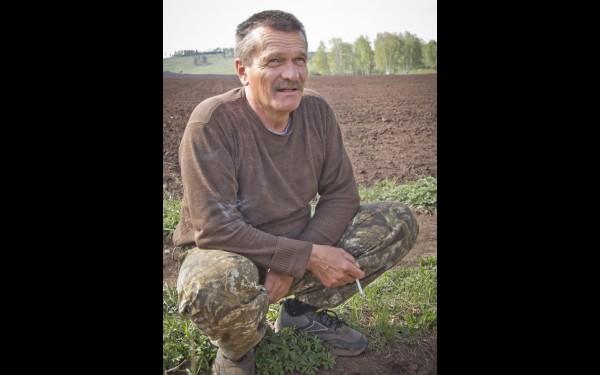Сергей Левчук делает короткую передышку. Хоть и легче сейчас стало работать на современной технике, но все равно труд на земле легким не назовешь.