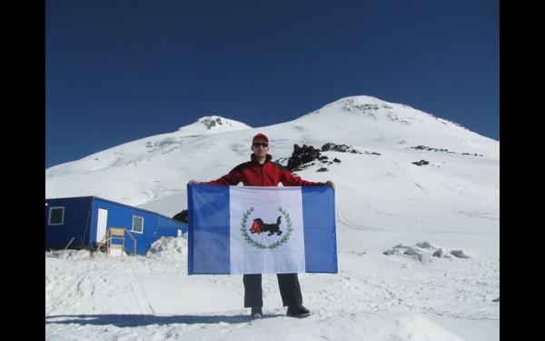 На Эльбрусе. «Я мечтал об этом восхождении. Получился поход на мечту. Вот так флаг Иркутской области над Эльбрусом и поднял».
