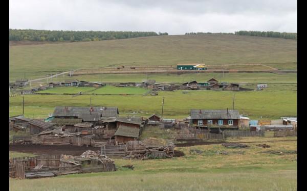 Просторы Нукутского района. Въезд в деревню Ей теперь украшают новенькие помещения цехов.