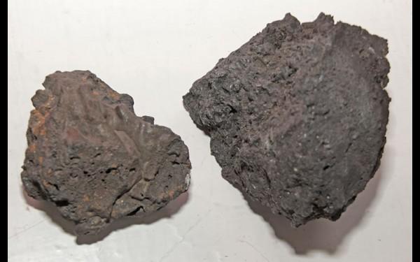 Это не просто два камня, а остатки руды из плавильной печи металлургического центра, который когда-то находился в местности Волчья Пасть. Их обнаружил житель Анги и подарил музею.
