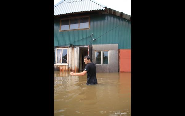 В расположенном на берегу Ушаковки районе Иркутска, который в народе называют Копаем, оказались затопленными дома на улицах Ледяной, Онежской, Вилюйской. В огородах воды было выше пояса, а в домах — по колено.