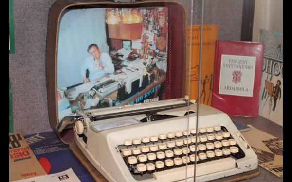 Благодаря этой печатной машинке свет увидели поэмы «Голубь  в Сантьяго», «Мама и нейтронная бомба», роман «Ягодные места».