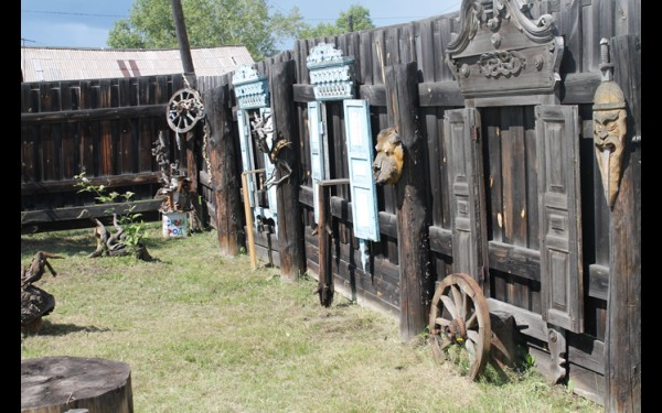 На территории музея нашли приют зиминские старинные резные ставни. Жители города отдали их работникам Дома поэзии после сноса деревянных изб.