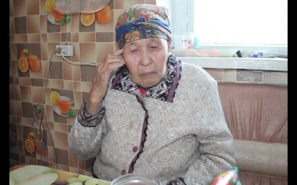 У бабушки Эли сильный характер и творческая душа. В свои 83 года она по-прежнему держит хозяйство, а во время отдыха поет любимые песни.