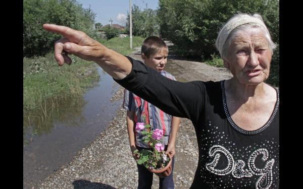Сторожил Валентина Кузьминична говорит, что хотя Селиваниху и топит регулярно, но за  последние годы столько воды на улицах поселка, во дворах и домах не наблюдалось ни разу.