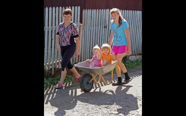 Только спустя несколько дней жительница садоводства «Труд» Светлана смогла привезти ребятишек обратно домой. Сейчас люди боятся, что ситуация повторится и снова придется эвакуироваться.