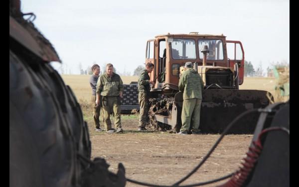 Команда в хозяйстве подобралась работоспособная. На полях трудятся исключительно местные мужчины. Только комбайнер в этом году из Иркутска.