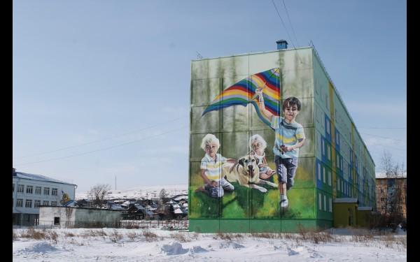 Что интересного в Свирске? Главная его фишка – огромные граффити на фасадах домов.