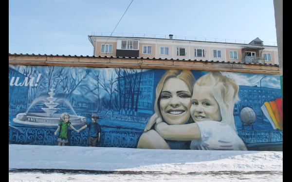 Даже небольшие здания расписаны художниками.