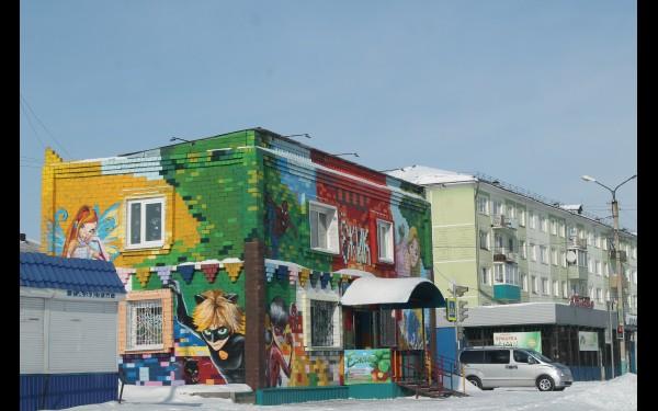 Есть вот такое здание, расписанное, как конструктор «Лего» или мозаика.